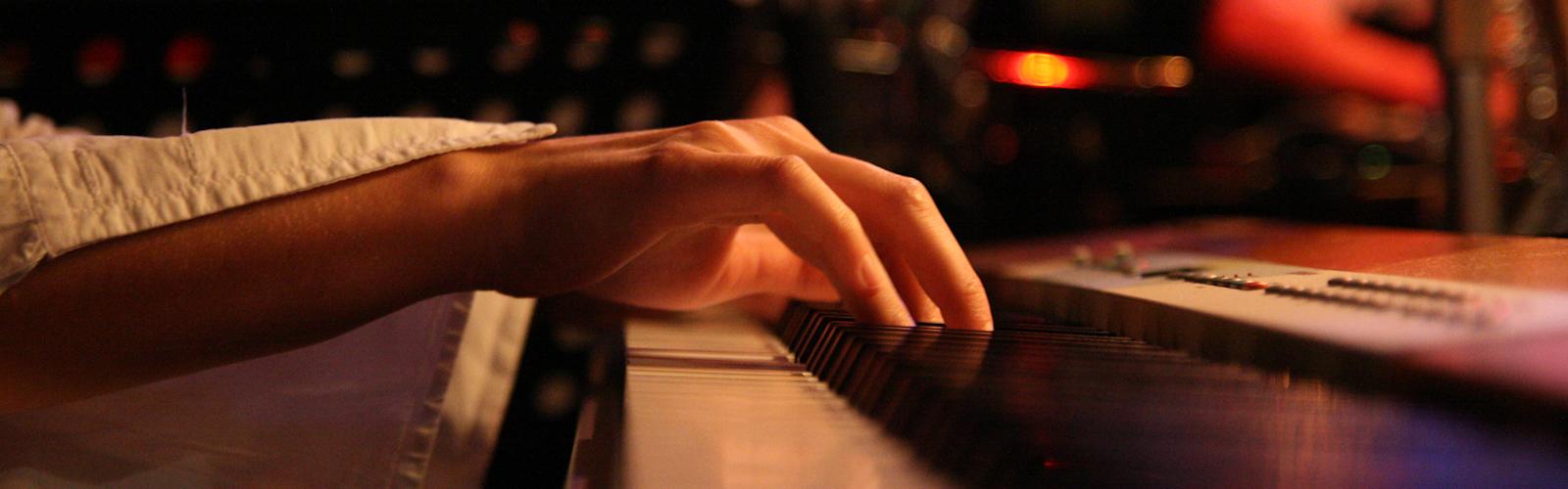 Die Hand am Klavier